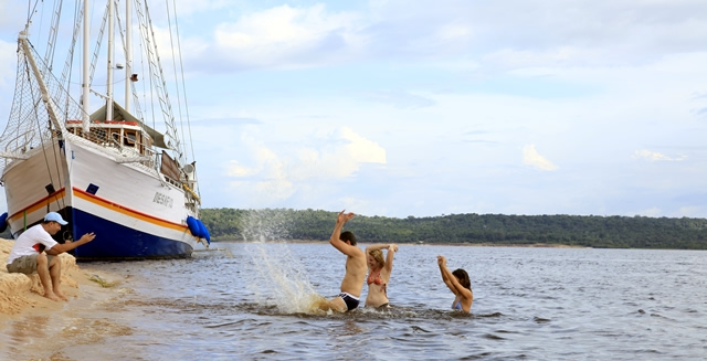 River Beach - MV Desafio Amazon Cruise
